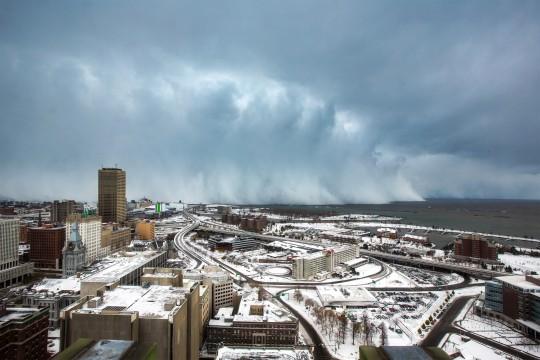 Imponerende og voldsomme snebyger på vej ind fra Lake Erie set fra Buffalo i staten New York