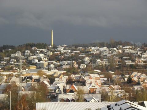 Første sne med sol over Aalborg i år, skaber julestemning i top.