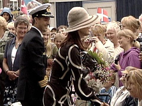 Mary hilser på folk ved Odense Å