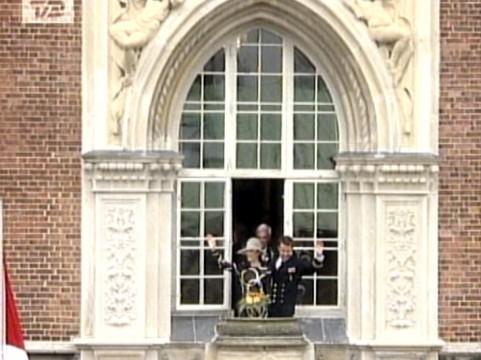 Mary Frederik og fra hilser balkon